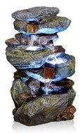 Wasserfallbrunnen beleuchtet